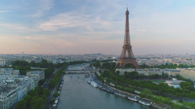 vidéos et rushes de aerial eiffel tower paris coucher de soleil - tour eiffel