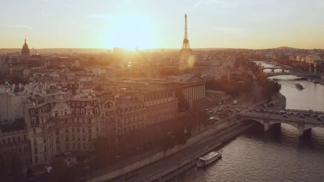 aerial eiffel tower paris sunset - parigi video stock e b–roll