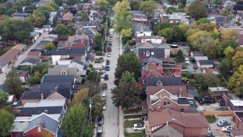 vídeos y material grabado en eventos de stock de toma aérea de una zona residencial genérica en una gran ciudad al atardecer. - cultura estadounidense