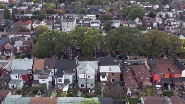 vídeos de stock, filmes e b-roll de o estabelecimento aéreo disparou de uma área residencial genérica em uma grande cidade no crepúsculo. - sol nascente horizonte drone cidade