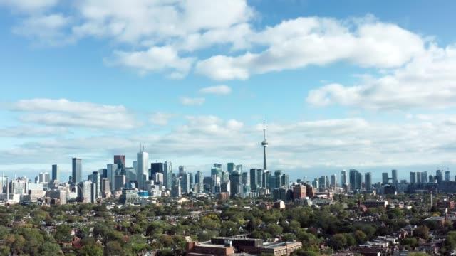 4k aerial establishing shot of a toronto neighborhood. - онтарио канада стоковые видео и кадры b-roll