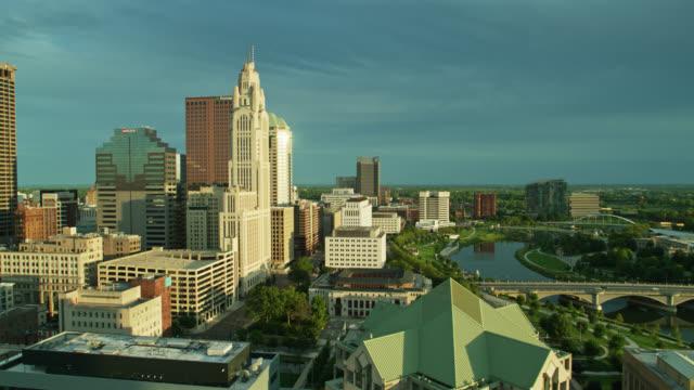 aerial establishing shot of riverfront of columbus, ohio - columbus day filmów i materiałów b-roll