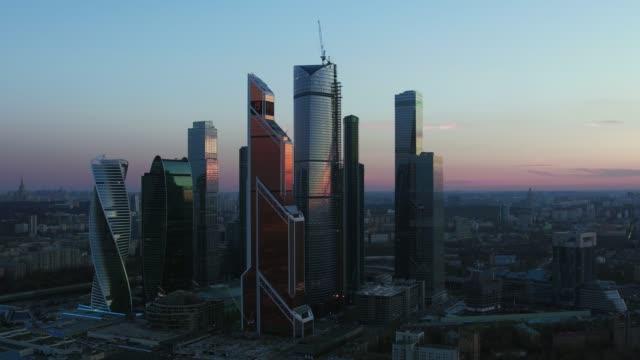 vídeos de stock, filmes e b-roll de noite aérea da cidade de moscou com centro de negócios, rússia - rússia