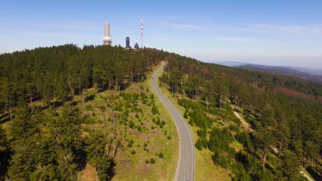 Aerial Flight Autos fahren auf einem Berg – Video