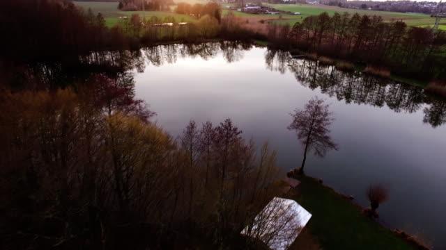 Aerial Flug über den See zum Angeln im Herbst – Video