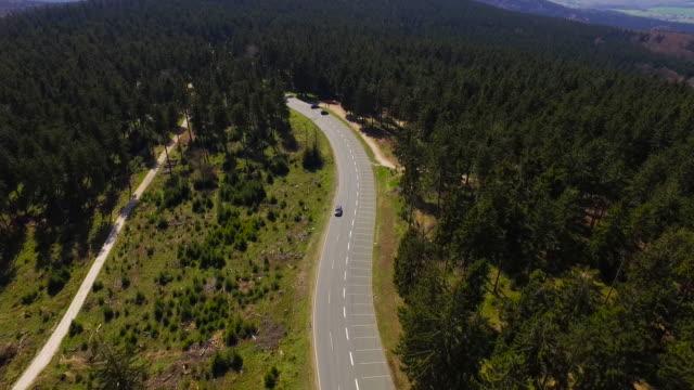 Aerial Flight über deutsche Berge während im Anschluss an ein Auto – Video