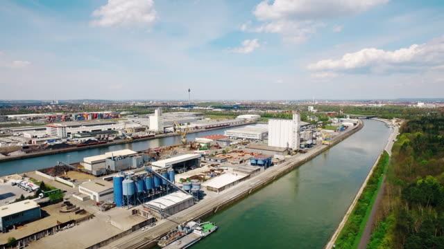 Aerial Flug über Hafen Industrie und Fluss im Hintergrund bei strahlendem Sonnenschein – Video