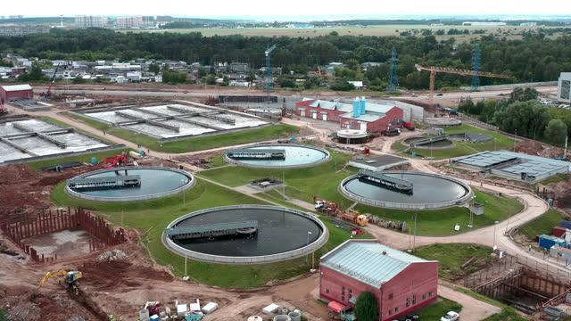 郊外の排水処理場上空飛行 - 人の居住地点の映像素材/bロール
