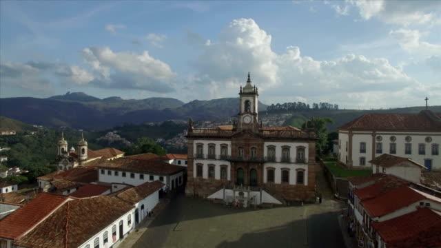 hava uçuş heykel tiradentes meydanı museu da inconfidência ouro preto'daki, minas gerais, brezilya için üzerinde - minas gerais eyaleti stok videoları ve detay görüntü çekimi
