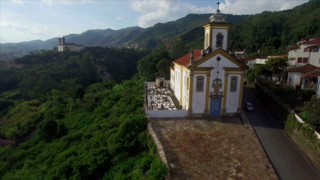 çapraz üst kısmında igreja nossa senhora das mercês e misericórdia geçmiş hava uçuş - minas gerais eyaleti stok videoları ve detay görüntü çekimi