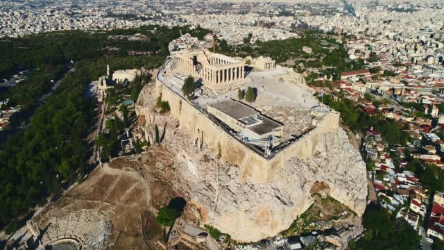 lot lotniczy z dronem nad słynnym partenonem i akropolem w atenach, grecja - attyka grecja filmów i materiałów b-roll