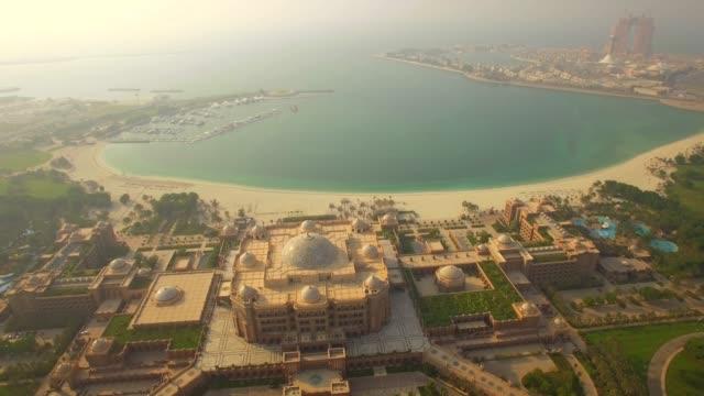 hava. lüks emirates palace hotel üzerinde fly.  abu dabi, birleşik arap emirlikleri. 4k - abu dhabi stok videoları ve detay görüntü çekimi