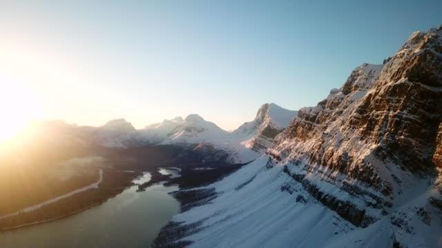 stockvideo's en b-roll-footage met lucht vlieg over bergen - sneeuwkap