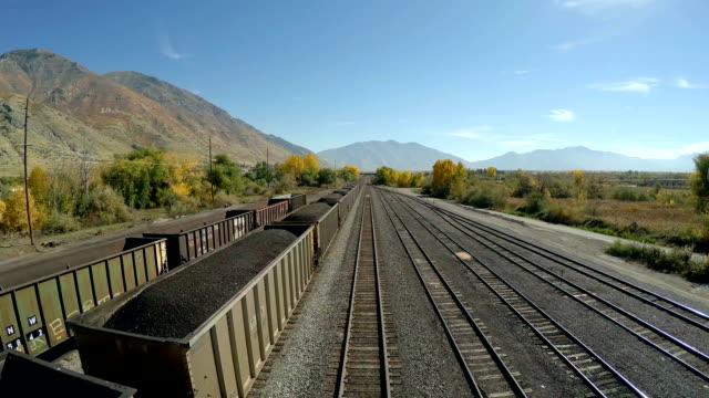 vídeos y material grabado en eventos de stock de antena fly over de diesel tren transporte de carbón. - norte