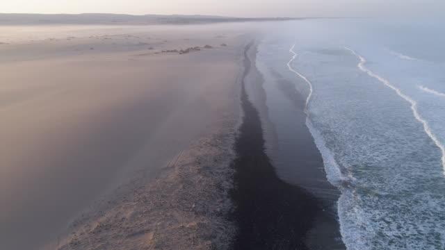 大西洋、スケルトンコースト、ナミビアの海岸線にキャンプ観光客のビュー上の4k 空中フライ - 大西洋点の映像素材/bロール