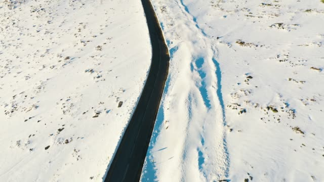 luftfliegen über schnee bedeckt serra da estrela pass road - gebirge stock-videos und b-roll-filmmaterial