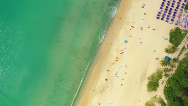 アクアブルーの海の海の海と日当たりの良い熱帯の楽園の島にコットノイビーチ白い砂浜の空中飛行ドローンビュー。プーケット - サムイ島点の映像素材/bロール