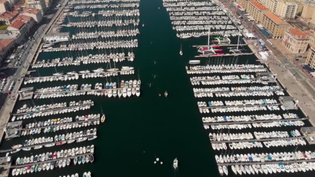 stockvideo's en b-roll-footage met lucht vliegen over de oude haven van marseille. - marseille