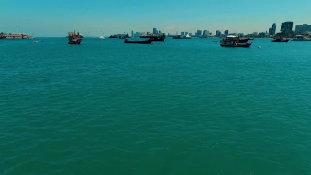 Aérien: Survolant de bateaux dans la baie de Pattaya. - Vidéo