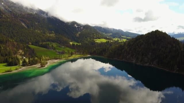 antenn: flyger över hintersteiner mountain lake med klart vatten i österrike - delstaten tyrolen bildbanksvideor och videomaterial från bakom kulisserna