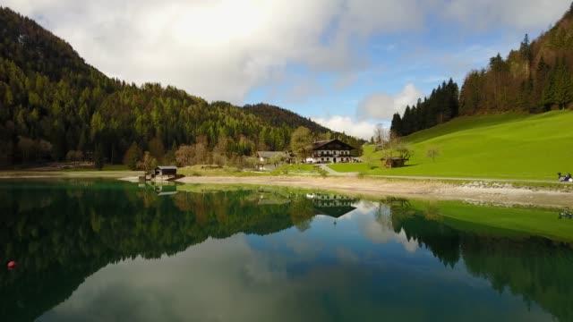 vídeos de stock, filmes e b-roll de antena: voando sobre o lago de montanha hintersteiner com água limpa na áustria - áustria
