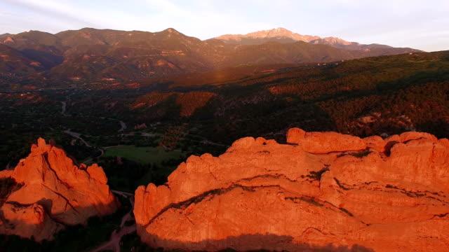 aerial viadukt av garden of the gods i colorado springs, colorado - klippiga bergen bildbanksvideor och videomaterial från bakom kulisserna