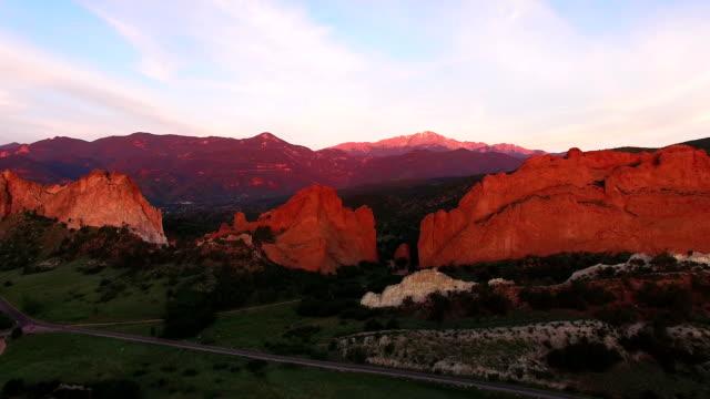 aerea cavalcavia di garden of the gods in colorado springs, colorado - red rock video stock e b–roll