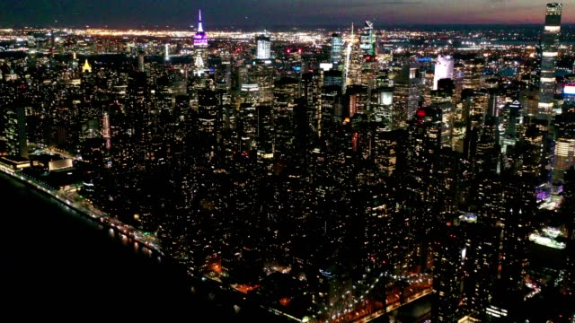 aerial flyover von new york skyline bei nacht - manhattan stock-videos und b-roll-filmmaterial