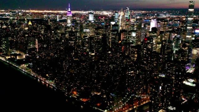 aerial flyover of new york skyline at night - манхэттен стоковые видео и кадры b-roll