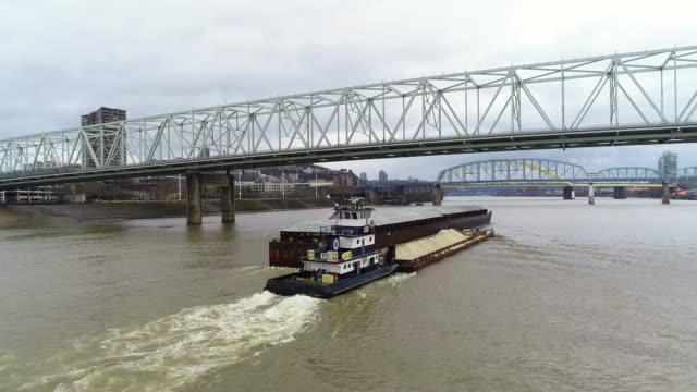 オハイオ川下り下り空中バージ - はしけ点の映像素材/bロール