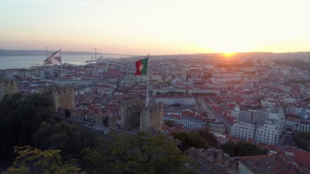 vídeos de stock e filmes b-roll de aerial footage ancient fortress in lisbon at sunset - portugal