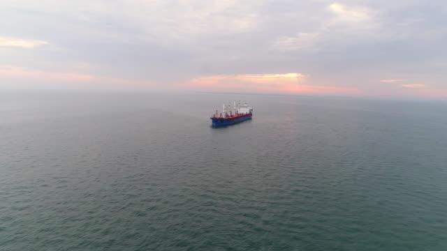 flyg bilder last fartyg förankring i hamnen i lissabon - tankfartyg bildbanksvideor och videomaterial från bakom kulisserna