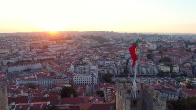 vídeos de stock e filmes b-roll de aerial footage castelo de sao jorge at sunset - lisboa