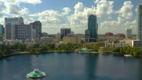 riprese aeree downtown orlando fl lake eola heights - centro della città video stock e b–roll