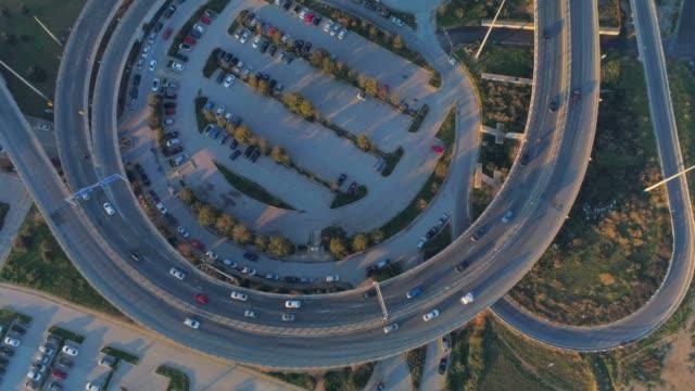 vídeos de stock, filmes e b-roll de imagens aéreas - zangão - sobrevoando um hub de tráfego no sul de atenas, faliro, grécia - ática ática