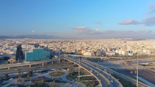 vídeos de stock, filmes e b-roll de imagens aéreas - drone - voando sobre um centro de tráfego no sul de atenas, faliro, grécia ao pôr do sol - atenas grécia