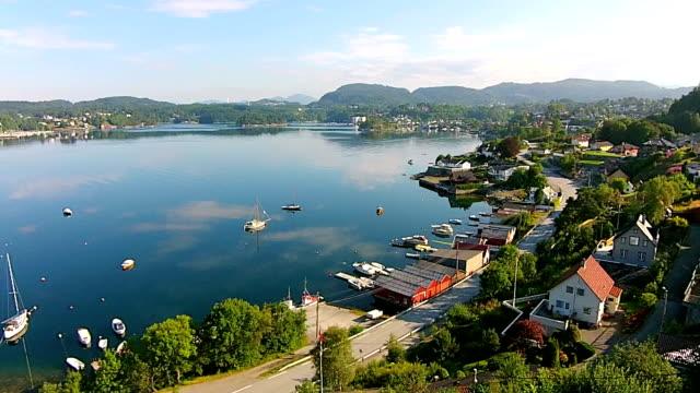 vídeos y material grabado en eventos de stock de metraje aéreo flying un sonido de fana, bergen en noruega - bergen