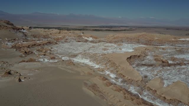 stockvideo's en b-roll-footage met luchtfoto beelden van de drone van de verbazingwekkende valle de la luna (moon valley) in atacama desert een geweldige plek voor de geologie en een ontzag reisbestemming. luchtfoto van de zoute sinaasappel valleien - maasvallei