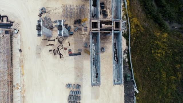 vídeos de stock e filmes b-roll de aerial footage of a large scale highway construction project - ponte