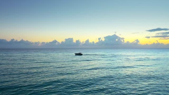 Luftaufnahmen einer privaten Yacht im Meer bei Sonnenuntergang – Video