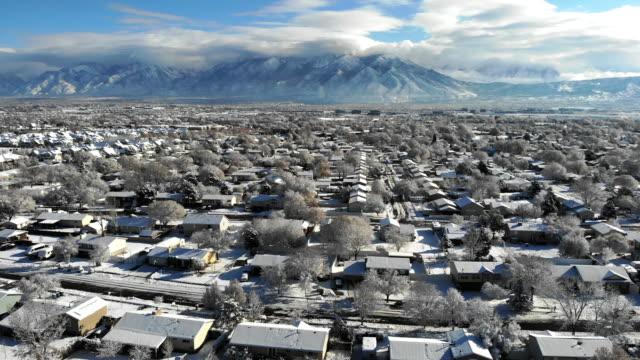 vídeos de stock e filmes b-roll de aerial footage of a salt lake city utah neighborhood on a sunny winter day - campo