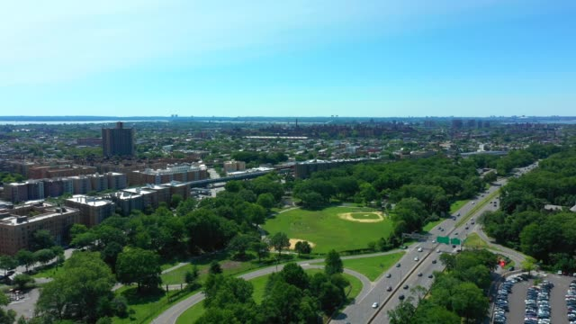 aerial footage of bronx zoo and botanical gardens aerial flyover - giardino botanico video stock e b–roll