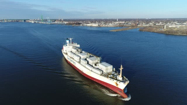 aerial footage of cargo ship on delaware river philadelphia pa - chiatta video stock e b–roll