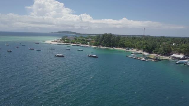 vídeos de stock e filmes b-roll de aerial footage of gili islands in sunny day, indonesia - arquipélago