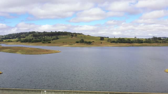 호주 중부 테이블랜드의 오베론 댐 공중 영상 - larry king 스톡 비디오 및 b-롤 화면