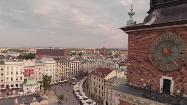 luftaufnahmen von old town in krakau, polen - krakau stock-videos und b-roll-filmmaterial