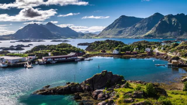 vídeos de stock e filmes b-roll de aerial footage of picturesque coastline on the lofoten islands in norway - noruega