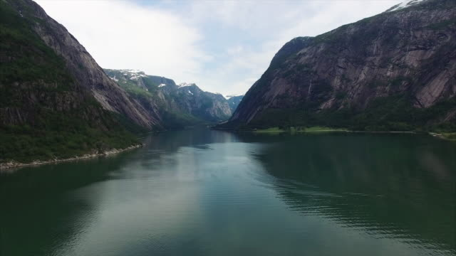 filmati di veduta aerea del pittoresco fiordo di hardanger in norvegia - fiordo video stock e b–roll