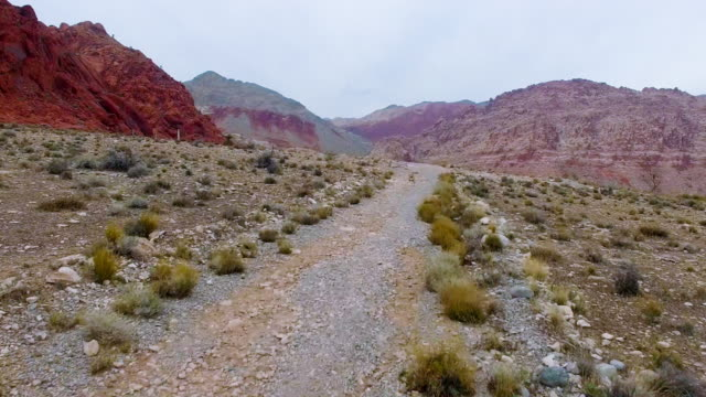 aerial footage of red rock canyon las vegas - red rock canyon national conservation area video stock e b–roll