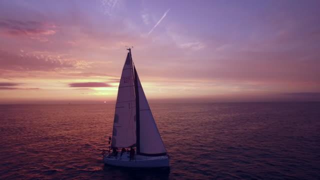 空から見た動画の夕日をヨットにます。 ビデオ